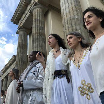 Iיעל דקלבאום שרה את תפילת האימהות בברלין