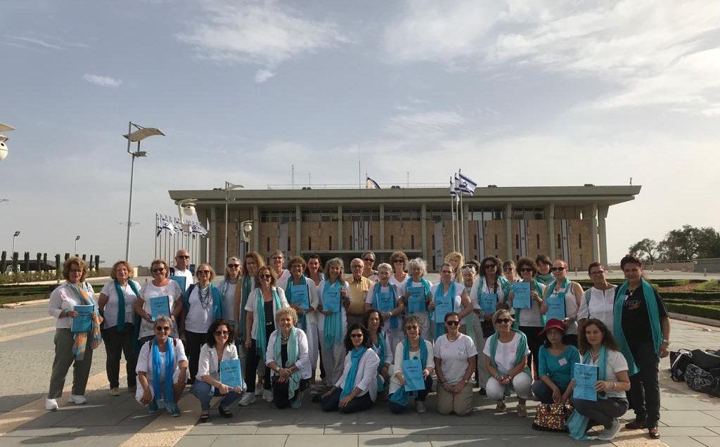 נשים עושות שלום בכנסת עם עותקים מהצעת החוק