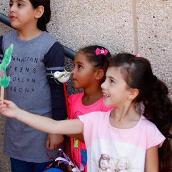 ילדים מושיטים יונת שלום בפרדיס